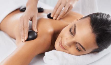 Massage calmant, revitalisant aux pierres chaudes